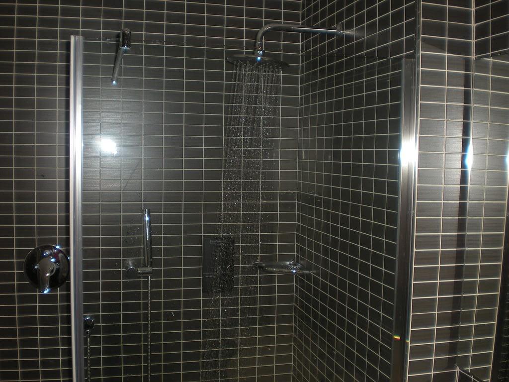 reforma de cuarto de baño en color negro
