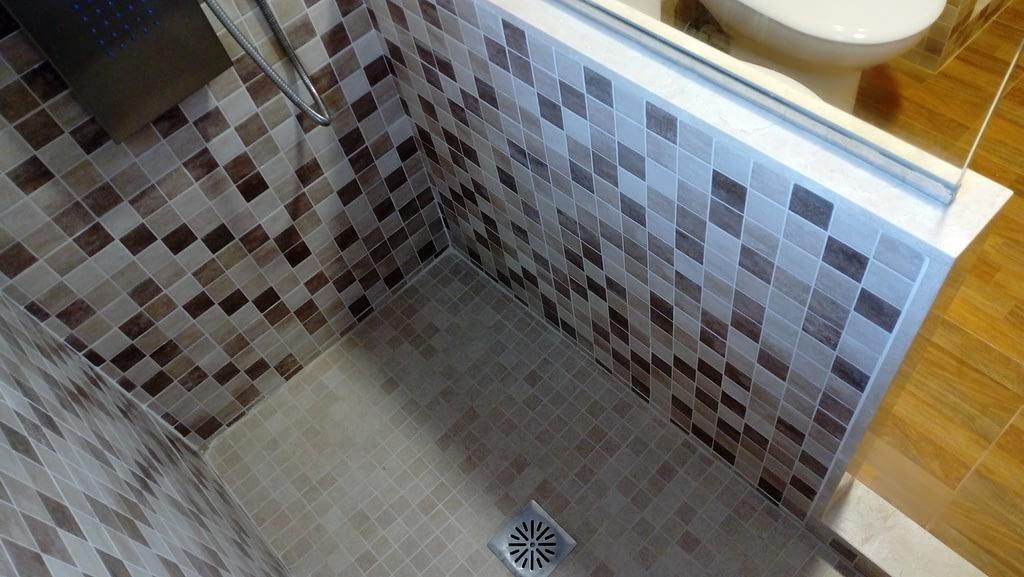 bonito plado de ducha de obra con gresite