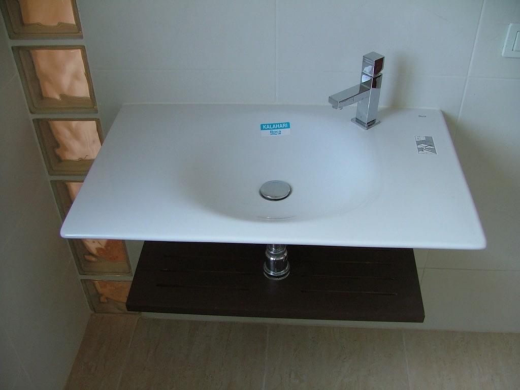 Reforma de baño luminoso con azulejos blancos minimalista
