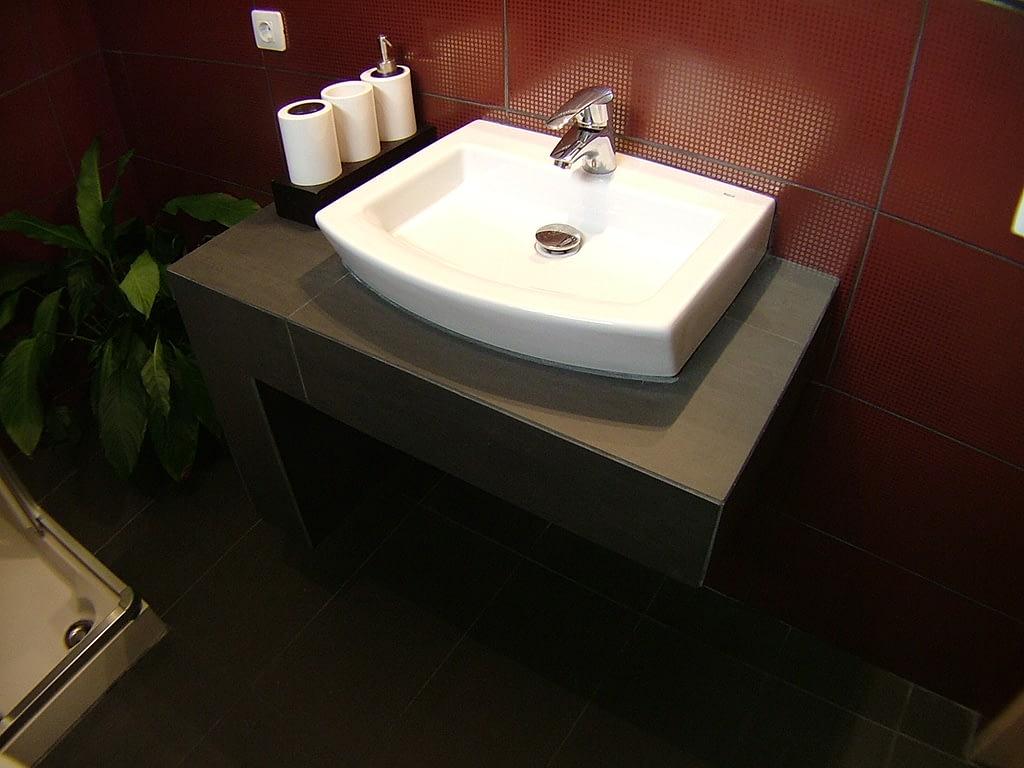 Encimera de lavabo diseñada por decorador interiorista