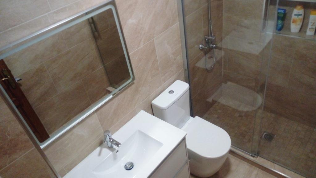 reforma de baño con azulejo porcelanico y gresite